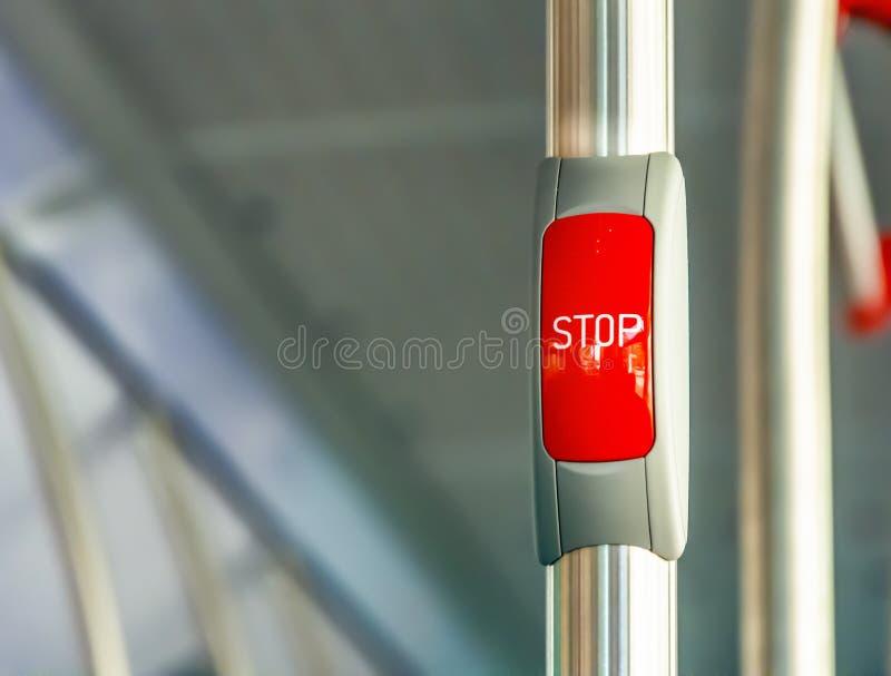 R?d stoppknapp p? metallledst?ngen av en buss arkivbilder