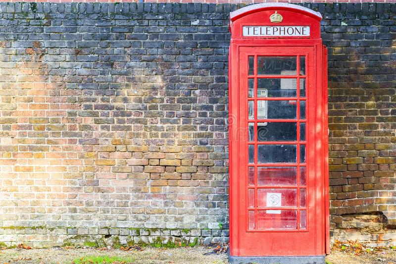 R?d telefonask p? gatan av den Hampstead heden i London arkivfoto