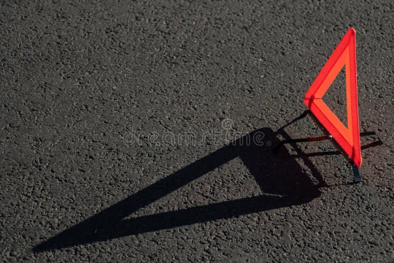 R?d triangel av en bil p? v?gen royaltyfri foto