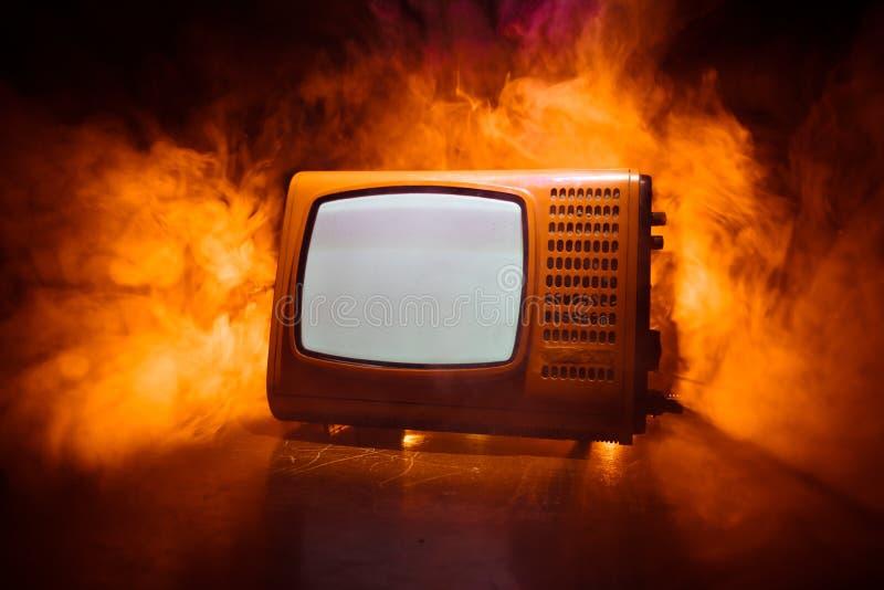 R?d TV f?r gammal tappning med vitt ov?sen p? m?rk tonad dimmig bakgrund Retro gammal televisionmottagare ingen signal arkivbilder