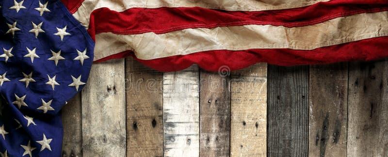 R?d, vit och bl? amerikanska flaggan f?r tappning f?r minnesdagen- eller veteran dag royaltyfria bilder