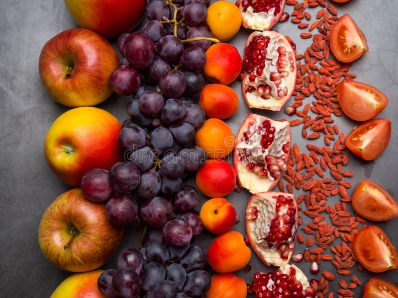 r?da frukter och berrys rikt vitamin, resveratrol, astaxanthinantioxidants mat, slut upp arkivfoto