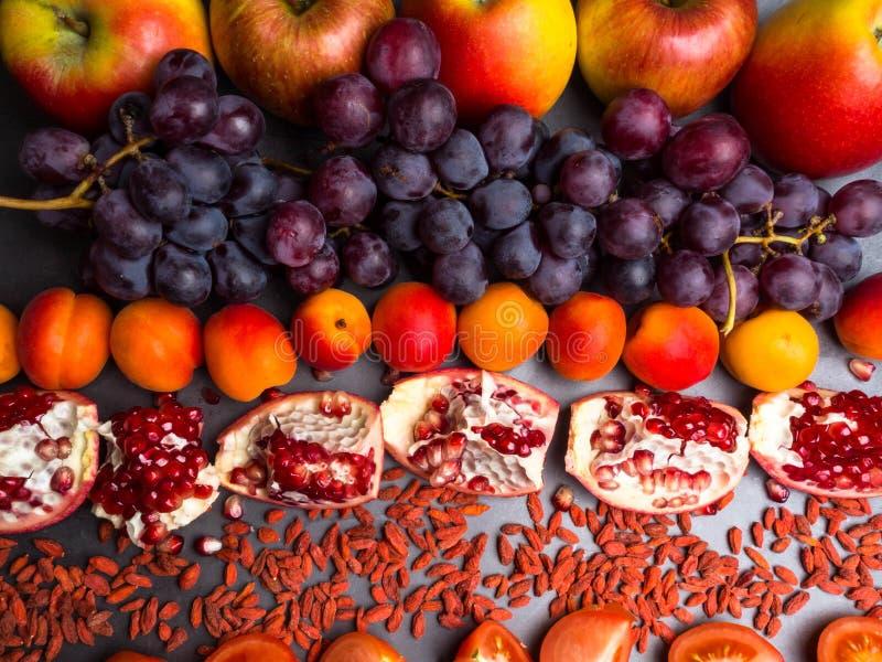 r?da frukter och berrys rikt vitamin, resveratrol, astaxanthinantioxidants mat, slut upp fotografering för bildbyråer