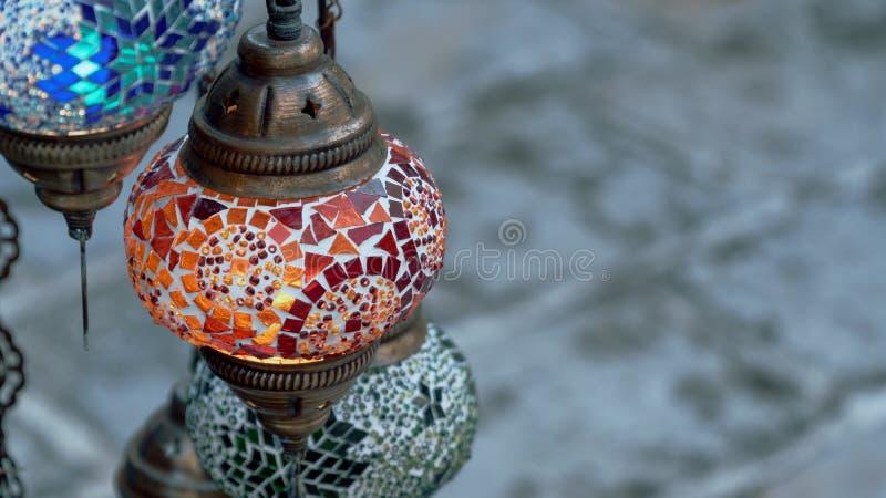 R?da, gr?na och bl?a turkiska lampor arkivbilder