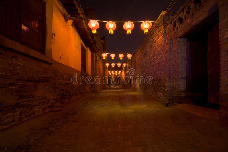 R?da lyktor och bokeh p? natten i en gata i Pingyao o shanxi porslin royaltyfria bilder