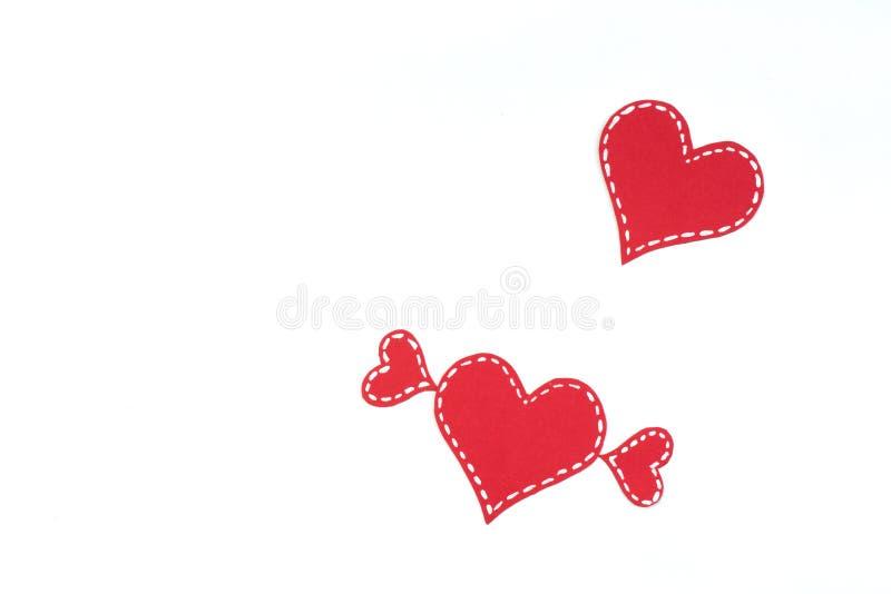 R?da pappers- hj?rtor som isoleras p? vit bakgrund valentin f?r dag s kopiera avst?nd Top besk?dar royaltyfri illustrationer