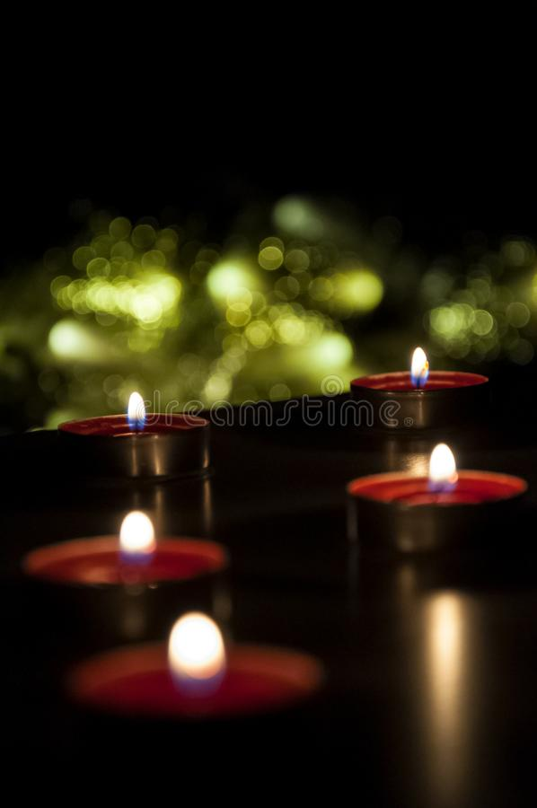 R?da stearinljus som gl?der i natten royaltyfria bilder