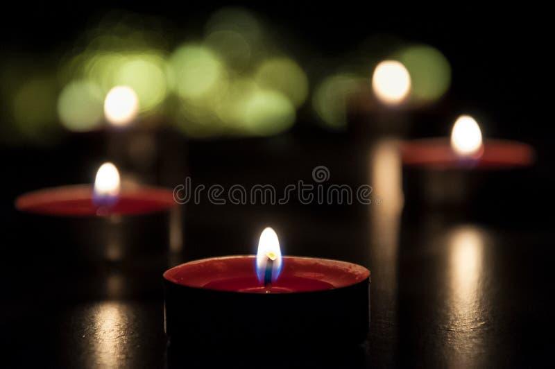 R?da stearinljus som gl?der i natten fotografering för bildbyråer