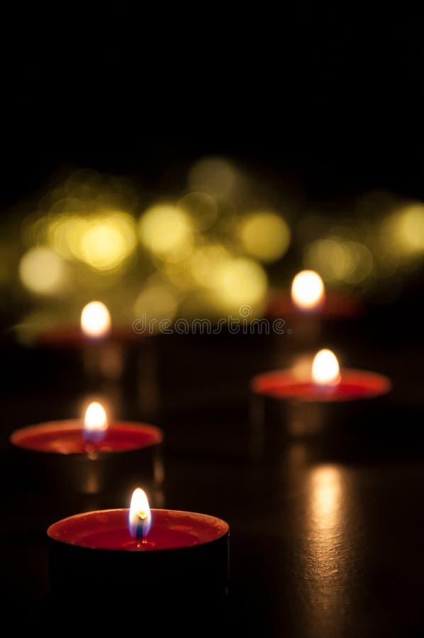 R?da stearinljus som gl?der i natten arkivbild