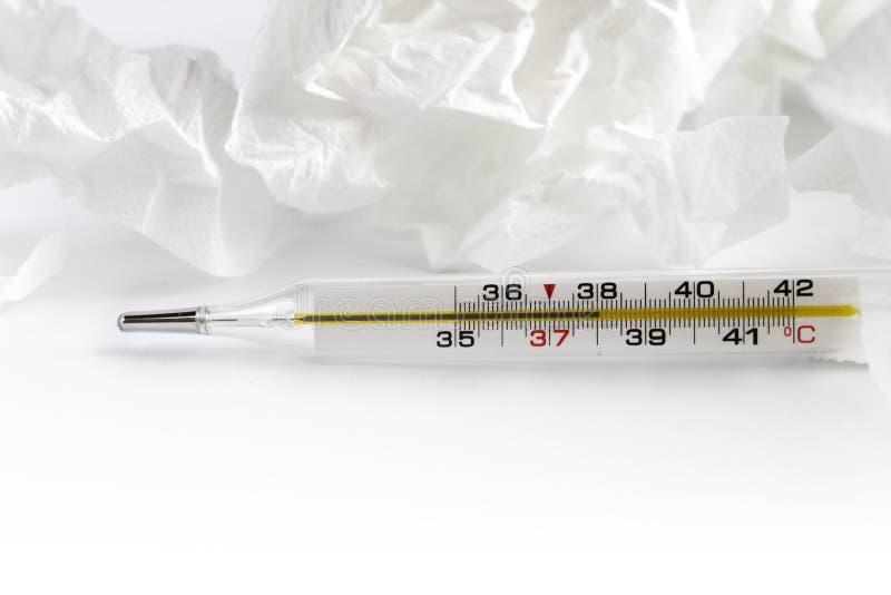 r De thermometer van het glaskwik met de graad en de servetten van Celsius Thermometerclose-up op wit stock afbeeldingen