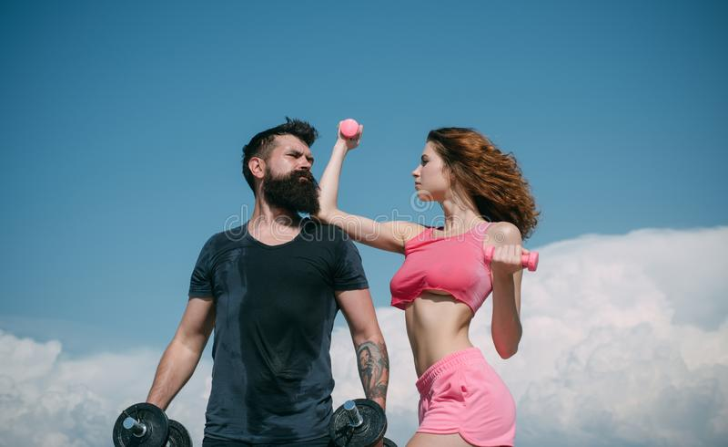 r dieting ελευθερία φίλαθλη κατάρτιση ζευγών υπαίθρια τέλειος μυς σωμάτων ανύψωση αλτήρων αθλητισμός και στοκ εικόνα