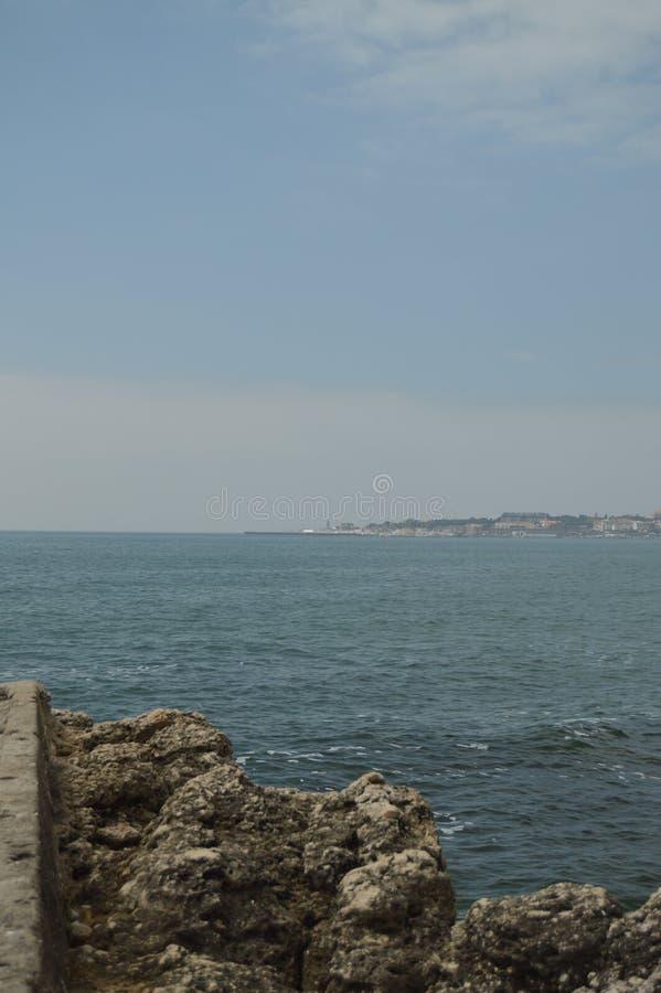 r E 从在哪里的岩石冥想海岸的大西洋  免版税库存照片