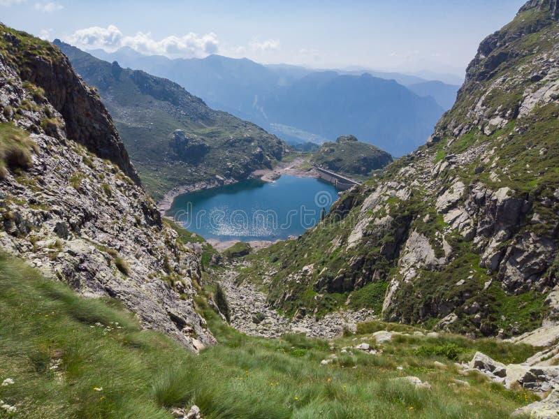 r E 水坝障碍创造的一个高山湖的美妙的看法 Orobie Valgoglio湖 图库摄影