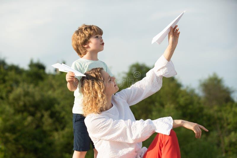 r E 父母和孩子 ?? 一起使用妈妈和小的儿子户外 母亲和 免版税库存照片