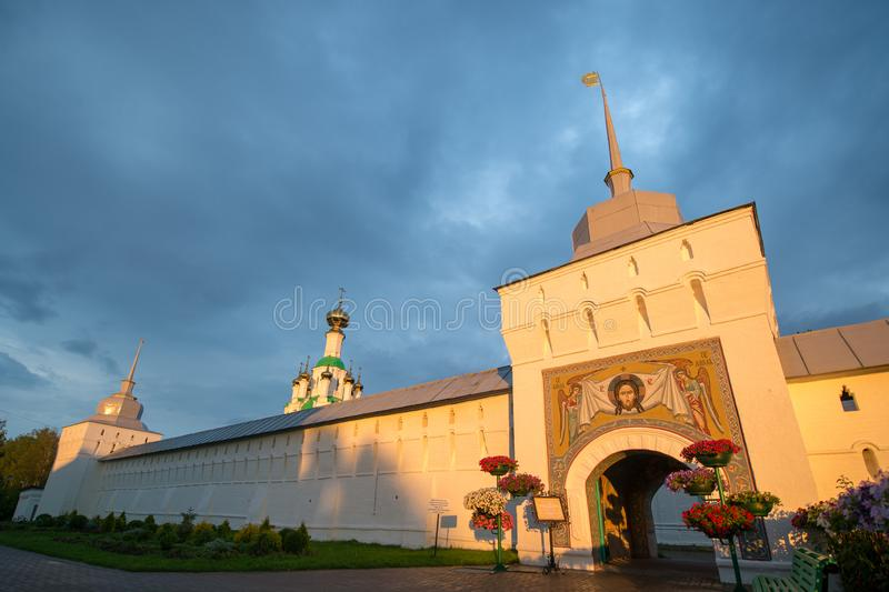 r E yaroslavl ?? 日落照亮的修道院墙壁 免版税库存图片