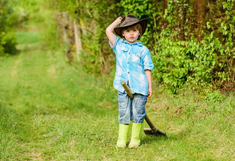 r Eco?? 夏天活动 获得小孩子的花匠乐趣 人和自然 o 免版税库存照片