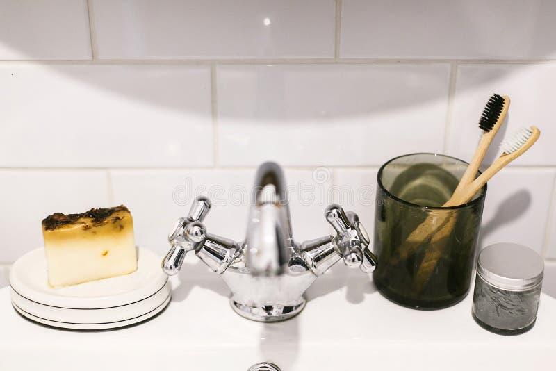 r Eco naturalni bambusowi toothbrushes, organicznie w?giel drzewny pasta do z?b?w w szklanym s?oju, myd?o bar na zlew wewn?trz obrazy stock