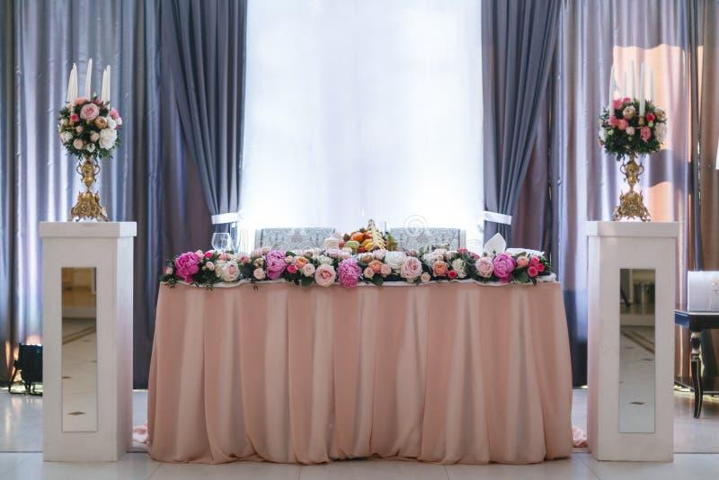 r elegancki wystrój i gajenie Restauracja stół z jedzeniem zdjęcie royalty free
