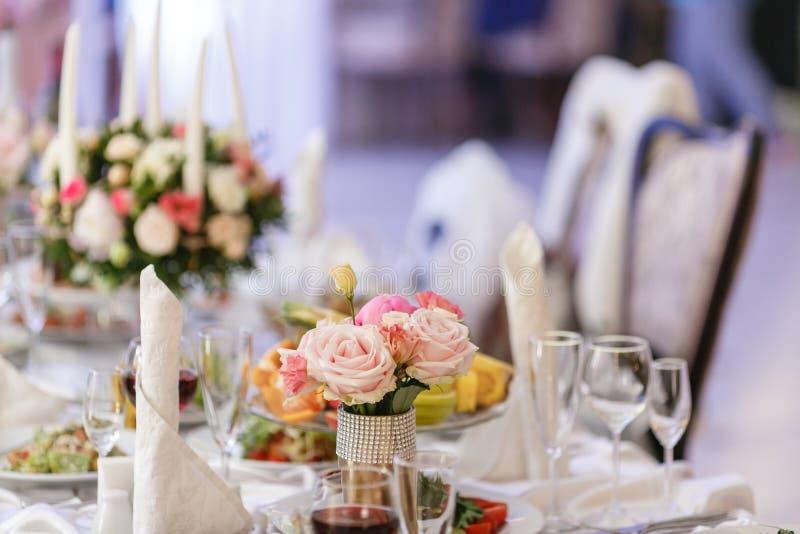 r elegancki wystrój i gajenie Restauracja stół z jedzeniem zdjęcia royalty free