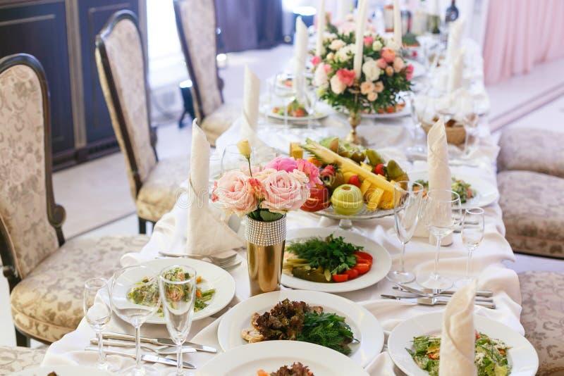r elegancki wystrój i gajenie Restauracja stół z jedzeniem obraz stock