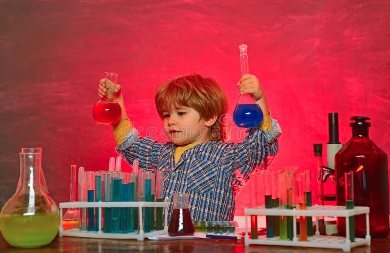 r Escuela primaria Era un poco experimento de la qu?mica De nuevo a ense?ar del escuela y casero imagenes de archivo