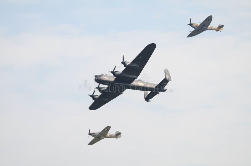 R.A.F. BBMF, Luftschlacht um England-Erinnerungsflug, Luftparade - Lancaster, Hitzkopf und Hurrikan, die Unterseiten zeigt stockfoto