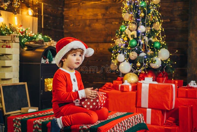 r r Feriado da fam?lia Criança bonito do menino alegre fotografia de stock