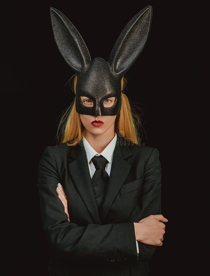 r Fille blonde sexy avec des oreilles de lapin de dentelle Menu de d?ner de P?ques Femme sexy images stock