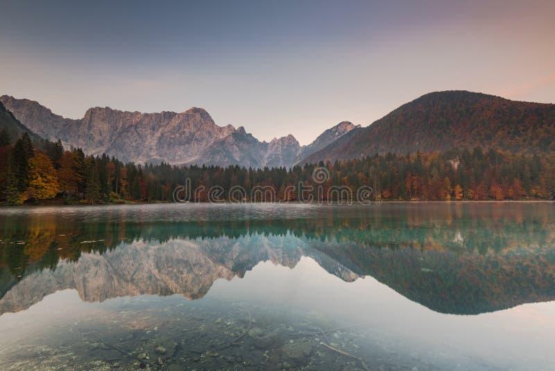 R?flexion automnale de for?t dans des lacs Fusine, Italie photos stock
