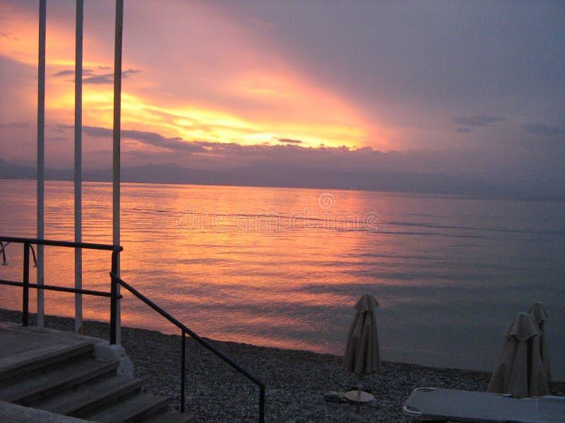 R?flexion de coucher du soleil dans l'eau photographie stock
