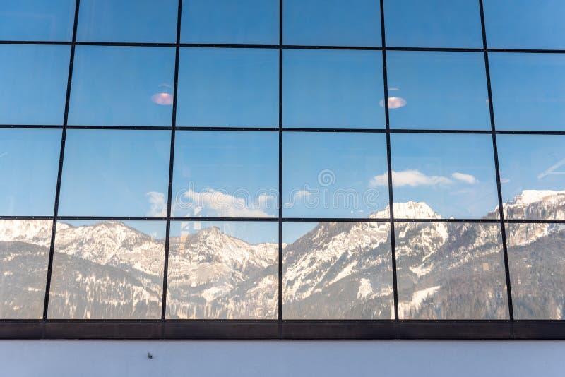 R?flexion des montagnes dans un b?timent en verre - la station Hauser Kaibling un de ski des stations de sports d'hiver sup?rieur photos libres de droits