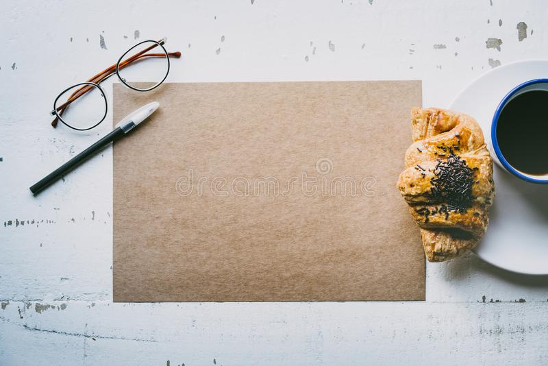 r Folha vazia do ofício do modelo do papel, da pena, de vidros do olho e do copo de café vazios da manhã fotografia de stock royalty free