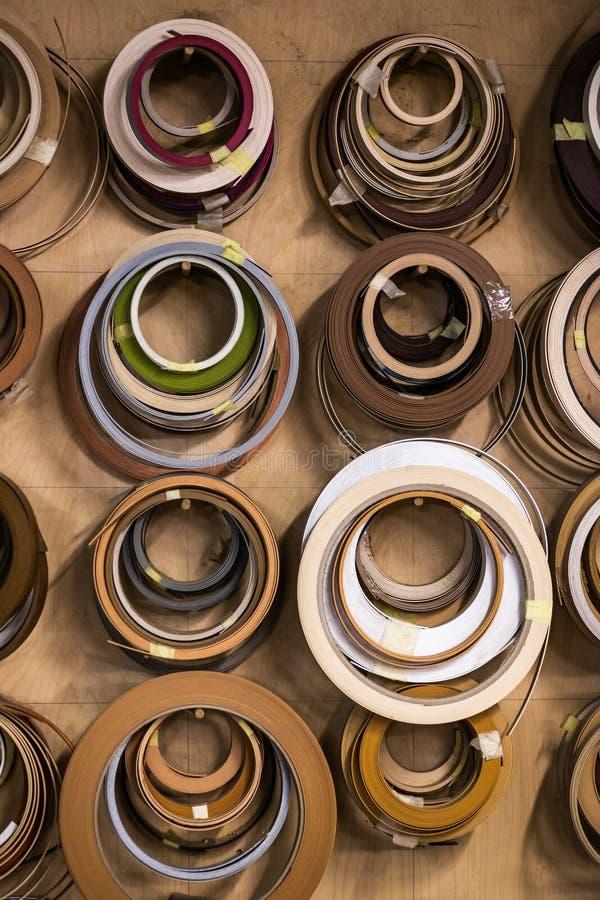r Gegenstand hängt an einer Wand in einer Werkstatt lizenzfreie stockfotos
