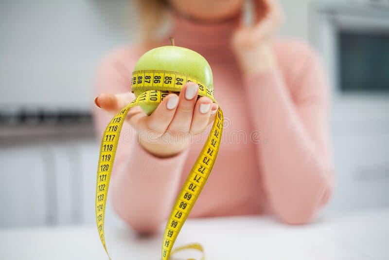 R?gime Le concept de la nutrition saine et malsaine Le mod?le plus la taille fait un choix en faveur de la nourriture saine et photo libre de droits
