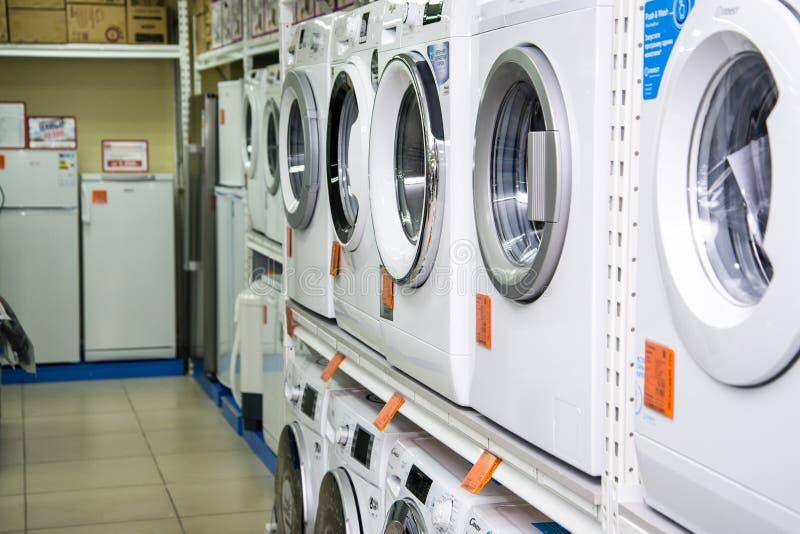 R?gion de Chelyabinsk, Russie - f?vrier 2019 Marchandises électriques NORD de ménage de magasin Supports avec les marchandises image stock