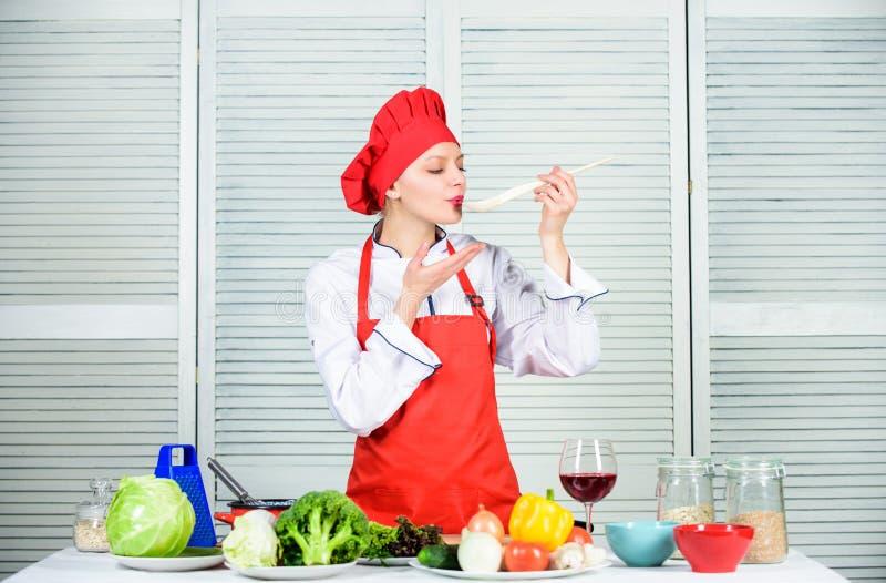 r hausfrau Berufschef in der K?che Hochzeitsabendessen mit Rollenfleisch rauchte und Tomaten n?hren Frau im Kochhut und lizenzfreie stockfotografie
