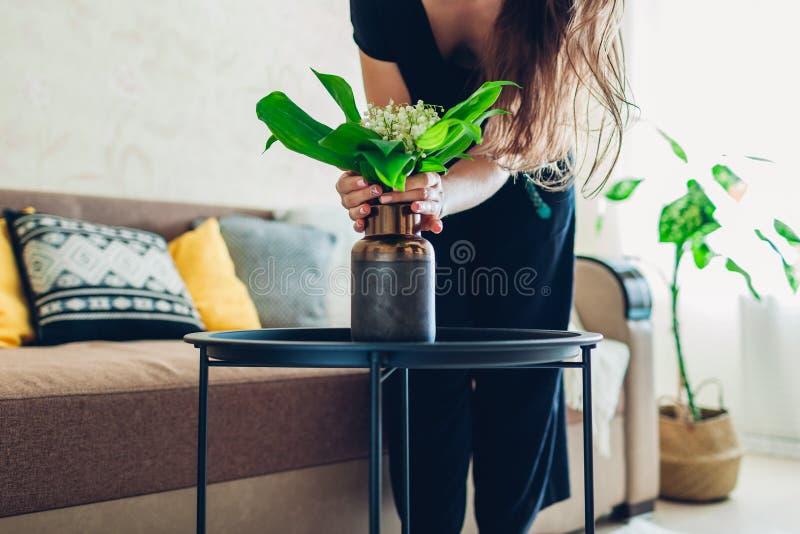 r Hausfrau, die um Gemütlichkeit in der Wohnung sich kümmert Innenraum und Dekor lizenzfreie stockbilder
