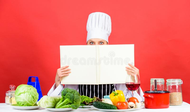 r hausfrau r Hochzeitsabendessen mit Rollenfleisch rauchte und Tomaten n?hren Frau im Koch lizenzfreies stockbild