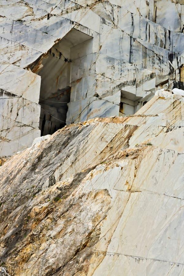 r Het kostbare witte marmer van Carrara is gehaald uit de steengroeven van Alpi Apuane sinds Roman tijden stock fotografie