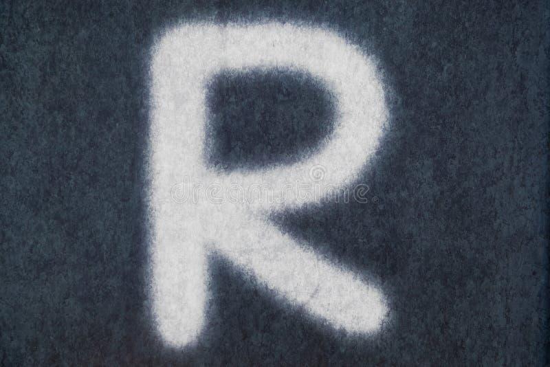 R isolerad kritabokstav i svart tavlabakgrund royaltyfria bilder