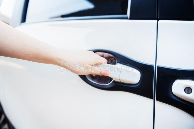 R?ka kobiety mienia r?koje?? samochodu drzwi zdjęcie royalty free