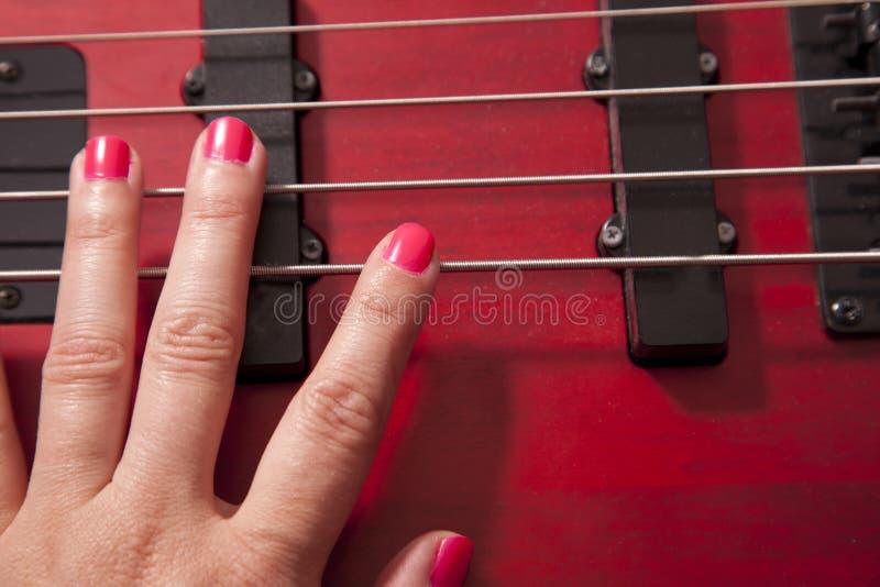 R?ka na basowej gitarze fotografia stock