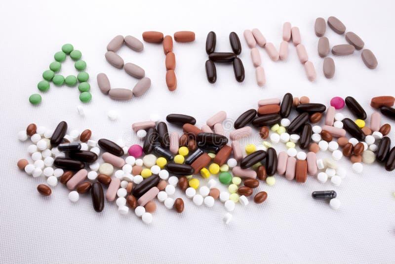 R?ka pisze teksta podpisu inspiracji opieki medycznej zdrowie poj?ciu pisa? z pigu?ka lek?w kapsu?y s?owa astm? Na bielu zdjęcia stock