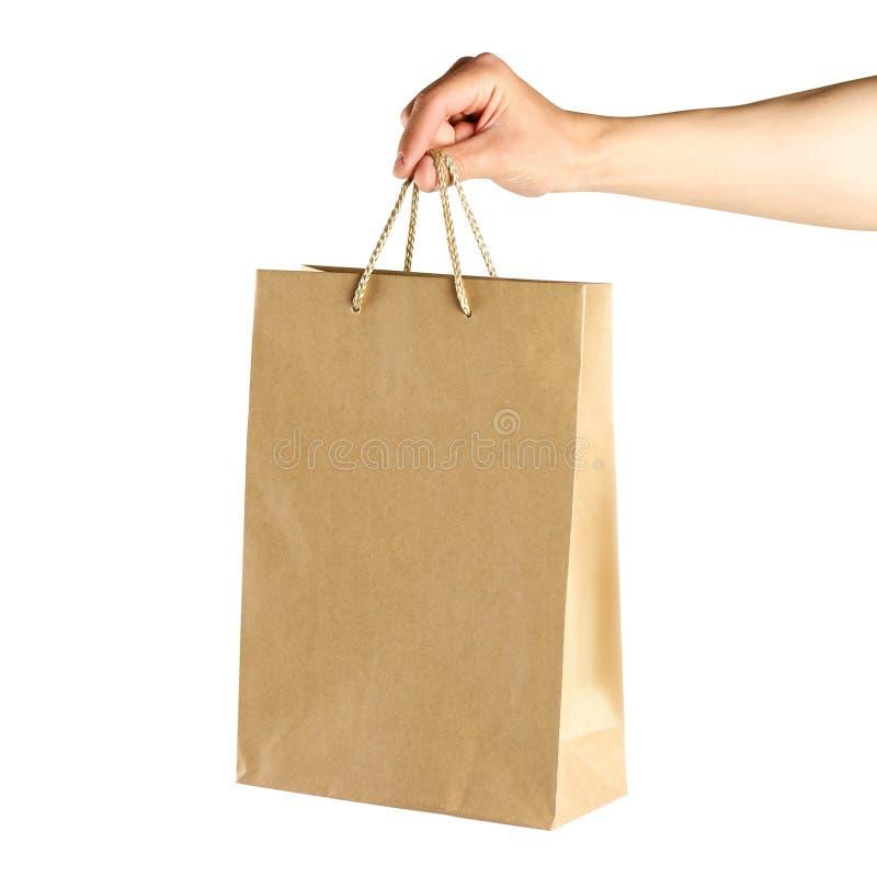R?ka trzyma papierow? torb? z bliska pojedynczy bia?e t?o zdjęcia royalty free