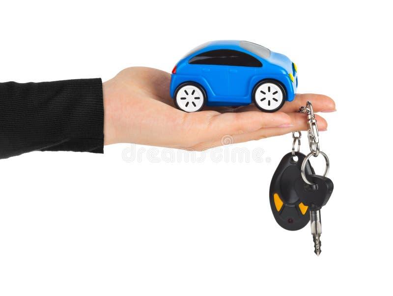 R?ka z kluczami i samochodem zdjęcie stock