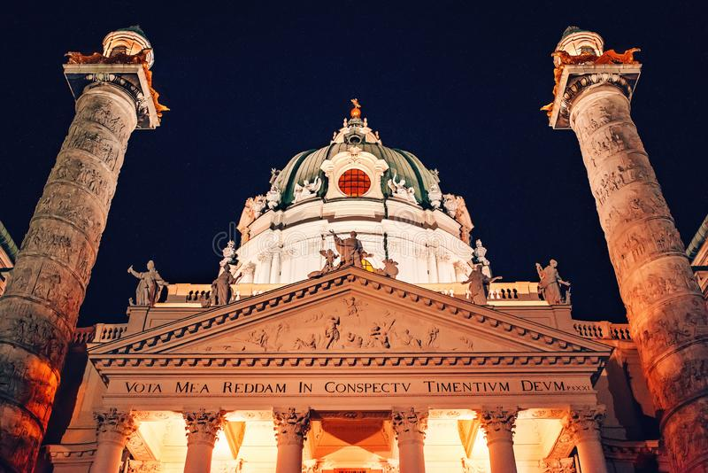 r Karlskirche圆顶在晚上 圣查尔斯教会 免版税库存照片