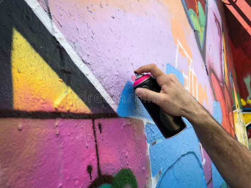 R?ki mienia graffiti mog? opryskiwanie na ?cianie zdjęcie royalty free