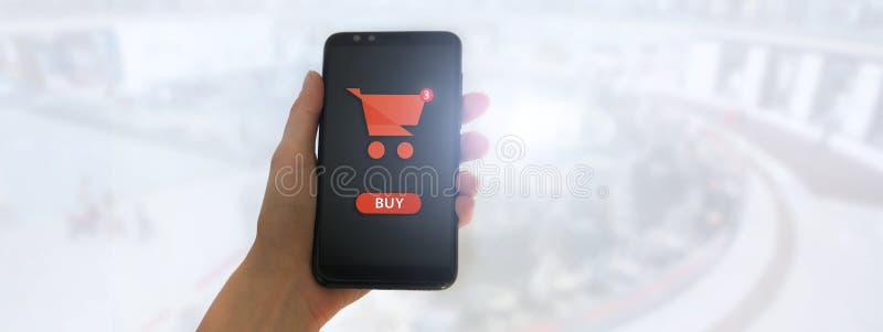 R?ki mienia mobilny m?drze telefon z m?j w?zka na zakupy ekranem na supermarket plamy tle royalty ilustracja