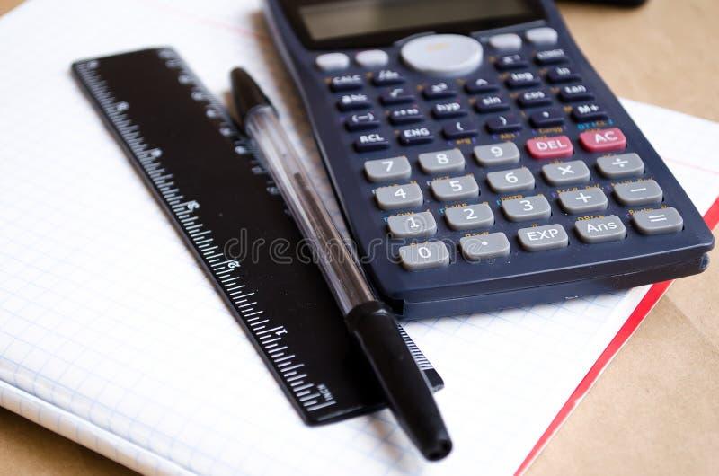R?knemaskin maths Skolaber?kningar Tv? och fyra Bugtery anteckningsbok Kontor som arbetar i kontoret t?ta tillf?rsel f?r kompassp royaltyfri foto