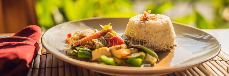 r La verdura ed il tofu soffriggono con l'INSEGNA del riso, formato lungo fotografia stock